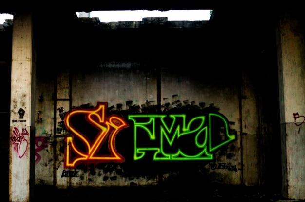 放棄された建物の中に落書き