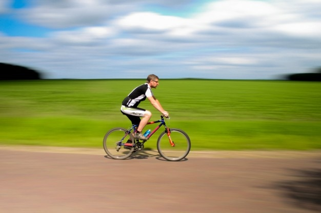 移動と曇り空にサイクリスト