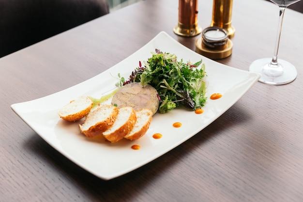 Канапе с паштетом из фуа-гра и салатом с белым вином.