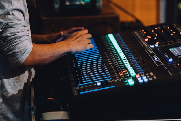 ボタンとスライダー付きのオーディオミキサーコントロールパネルを含むプロフェッショナルサウンドボード。