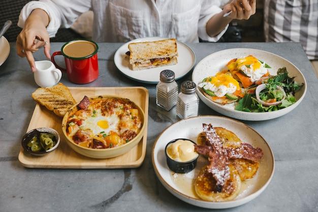 卵ベネディクト、クリスピーベーコンのフレンチトースト