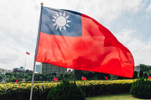 台湾の国旗が風になびかせて。