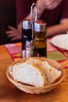 バスケットにスペインの焼きたてのパン。オリーブオイルとバルサミコの前菜として提供しています。