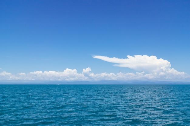 タイ、トラートのマック島で海の上の巨大な雲と澄んだ空。