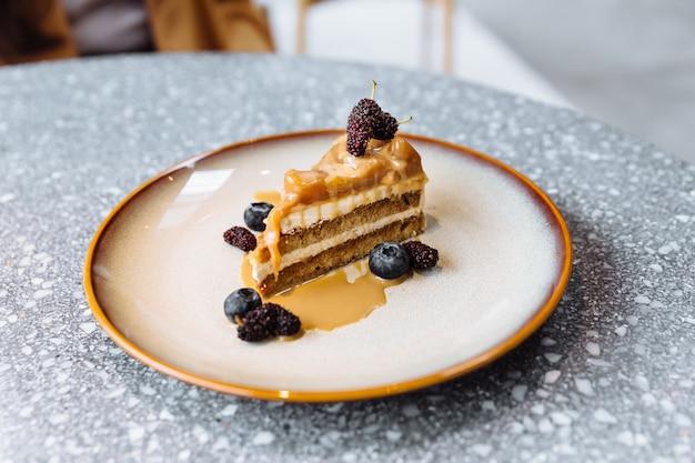 Ломтик кофейного карамельного пирога с карамельным соусом