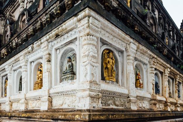さまざまな形や文化で飾られた寺院の壁