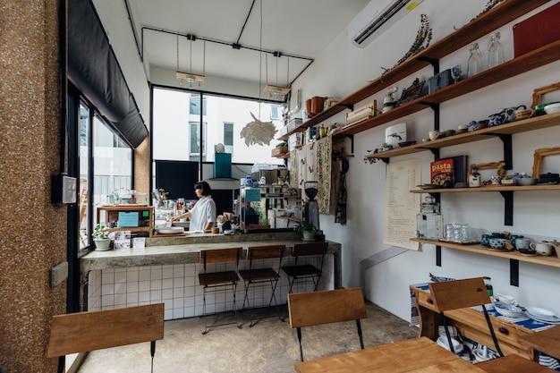 小さなデザートカフェ白い色と木製の棚で飾られています。