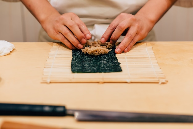 マグロの手を転がして日本のおまかせシェフの手