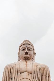 Дайбуцу, великая статуя будды в позе медитации или дхьяна мудра, сидящая на лотосе под открытым небом возле храма махабодхи в бодх-гайе, бихар, индия