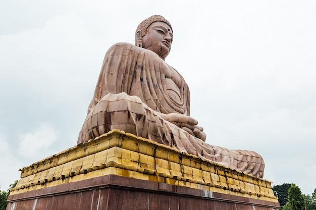 Дайбуцу, великая статуя будды в позе медитации или дхьяна мудра, сидящая на лотосе под открытым небом возле храма махабодхи в бодх-гая, бихар, индия