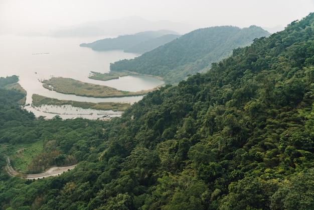 その地域のゴンドラリフトから見た緑の木々や湖のある山々