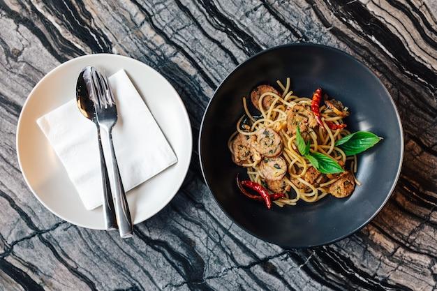Вид сверху высушенного рецепта спагетти с чили и северной тайской колбасы