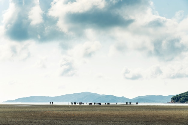 緑の山と干潮の風景、タイ、サッタヒープ地区チョンブリのトゥーンプロンジェ湾の背景の人々と雲空。