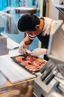 アジアの肉屋は和牛の多くの部分で珍しいプレミアムスライスを配置しています