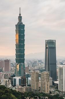 Антенна над городом тайбэй с небоскребом тайбэя в сумерках от горы слон сяншань.