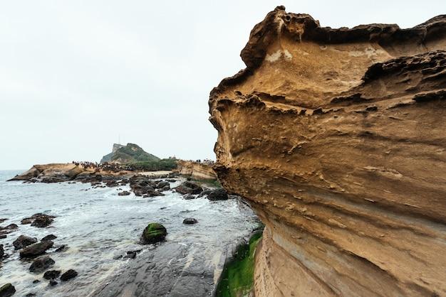 Ландшафт геопарка йелиу, мыса на северном побережье тайваня. пейзаж соты и грибных скал, разрушенных морем. крупный план на скалистом мысе.