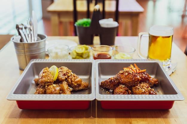 Золотая хрустящая корейская смесь жареной курицы с острым соусом, чесноком и лимонным чесноком