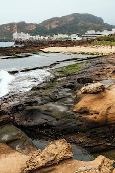 台湾の北海岸の岬である野柳地質公園の風景。