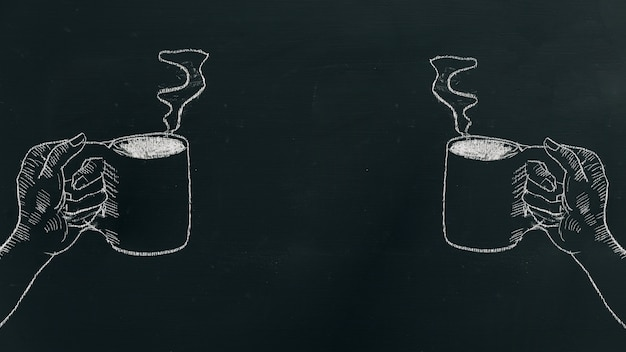 Мел руки, вытянув руку с чашкой кофе с паром на черной доске
