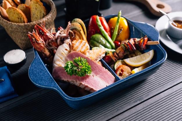 魚、イカ、エビ、ムール貝、野菜などのグリルを混ぜたシーフード。