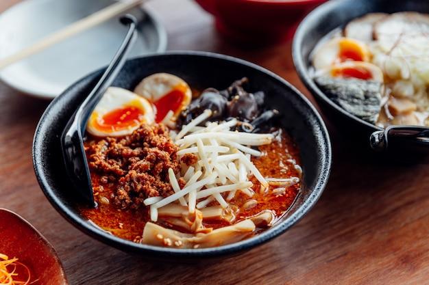 タンタンラーメン:タンタンスープの麺、豚肉、ゆで卵、木の穂。