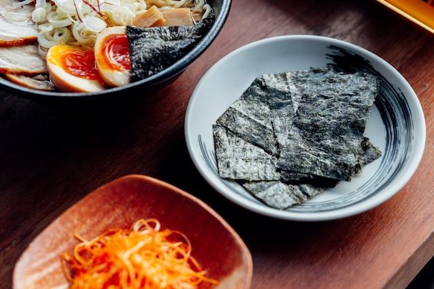 日本の白板の乾燥海草。ラーメンで食べる。