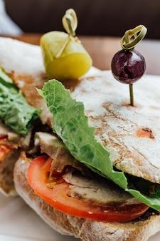パン、トマト、レタスで作ったグリルチキンサンドイッチ、ビートルートサラダ
