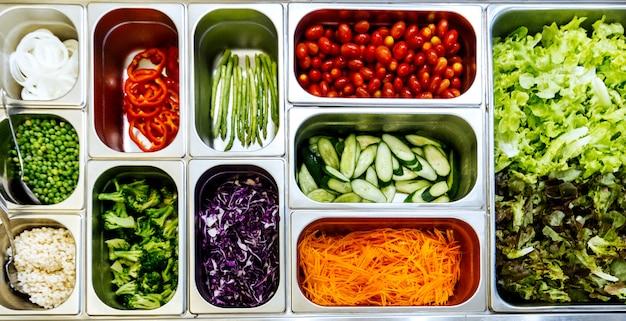 健康と食事の食事のための材料の盛り合わせとサラダバーのトップビュー。