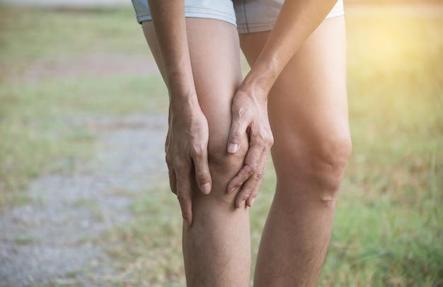 女性は悪い足に縛られます。彼女の足の痛み。ヘルスケアと痛いコンセプト。