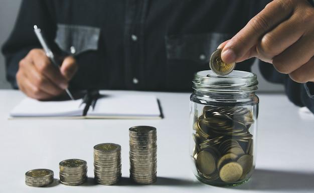 ビジネスのために成長しているお金のコインスタックでコインをドロップします。