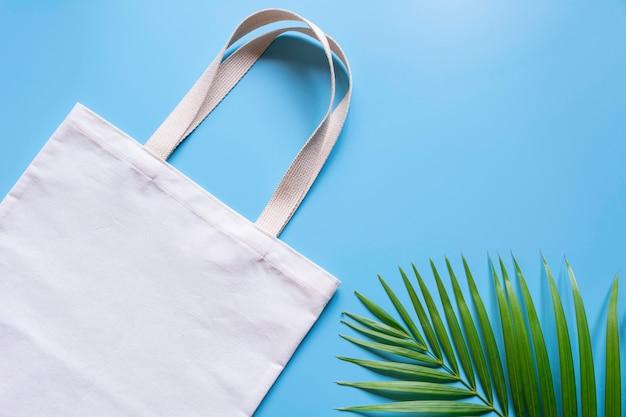 ホワイトのトートバッグキャンバス生地。コピースペースを持つ布ショッピングサックモックアップ。
