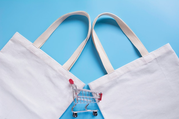 ホワイトトートバッグキャンバス生地とチョッピングカート