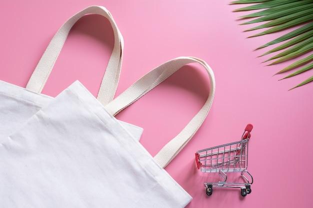 Белая сумка из плотной ткани и разделочная тележка