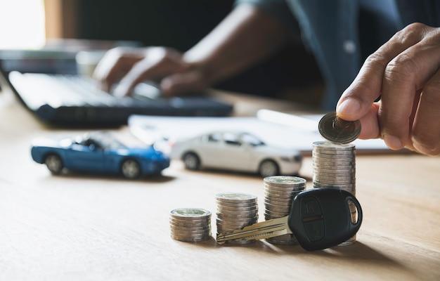 自動車保険とコインのスタックで車のサービス。