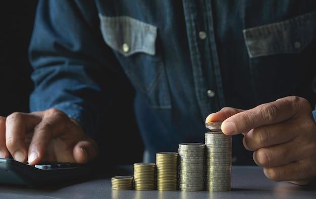 手はビジネスのために成長しているお金コインスタックでコインをドロップします