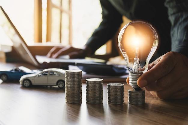 自動車保険とコインのスタックで車のサービス。会計と財務の概念のためのおもちゃの車。
