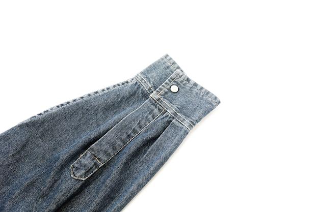コピースペースと白で隔離される青い袖のジーンズシャツ。