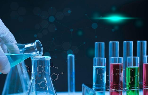 分析、医学、製薬および科学研究の概念のための液体を含むガラス実験室化学試験管。