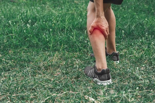 Мужчина цепляется за больную ногу