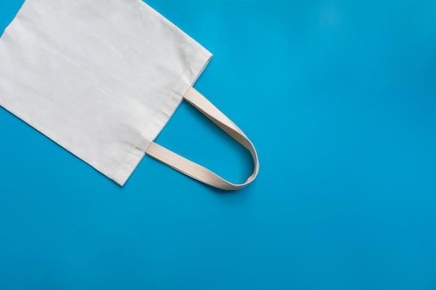 白いトートバッグキャンバス生地。コピースペースを持つ布ショッピング袋モックアップ。