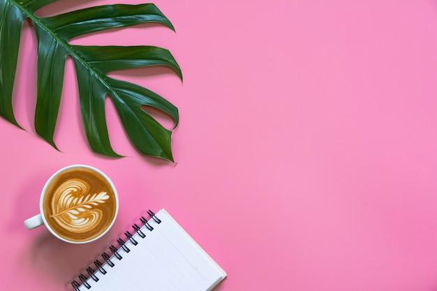 ピンクの背景のメモとコピースペースでコーヒーカップ。食べ物や飲み物のコンセプト。