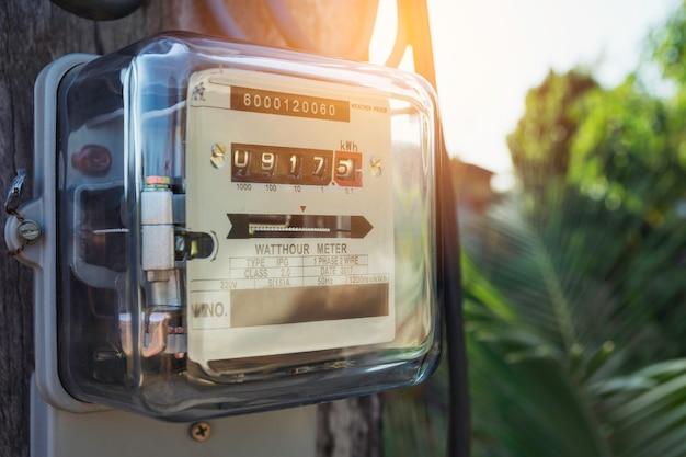 Счетчик электроэнергии измеряет потребление энергии. инструмент измерения электрического счетчика ваттчаса с космосом экземпляра.