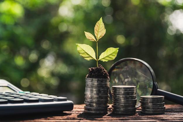 Концепция денег сбережений с стогом монетки денег.