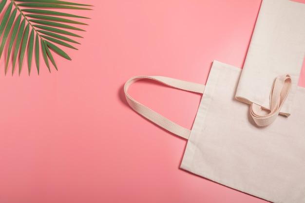 Белая сумка из плотной ткани. ткань мешок мешок макет с копией пространства.