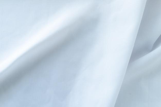 Мятый белый тканевый материал фрагмент в качестве фона.