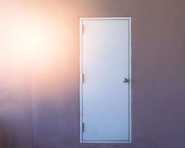 壁の背景に白いドア、