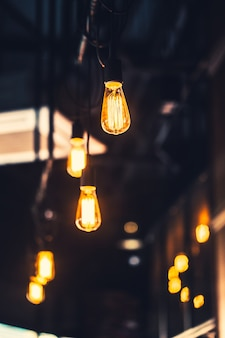 古い電球カフェ装飾インテリア照明ヴィンテージレトロなスタイルとフィルムゲインとノイズテクスチャ