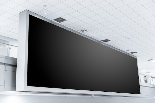 大きな看板黒広告は、テキスト用のボードの空きスペースを導いた