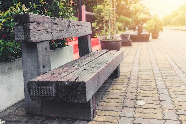鉄道寝台車からの古い木のベンチはホアヒン駅でリサイクルを再利用します。