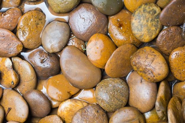 滝の川の石、曲線の石または丸い石。